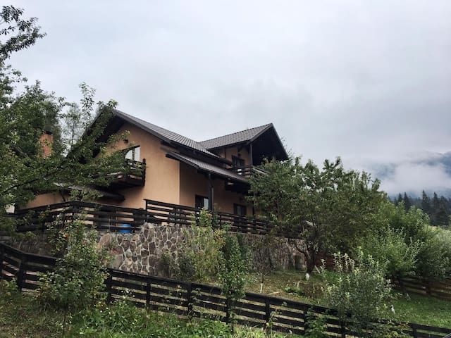 Cabana Durau 3 dormitoare, living, bucatarie,4 bai