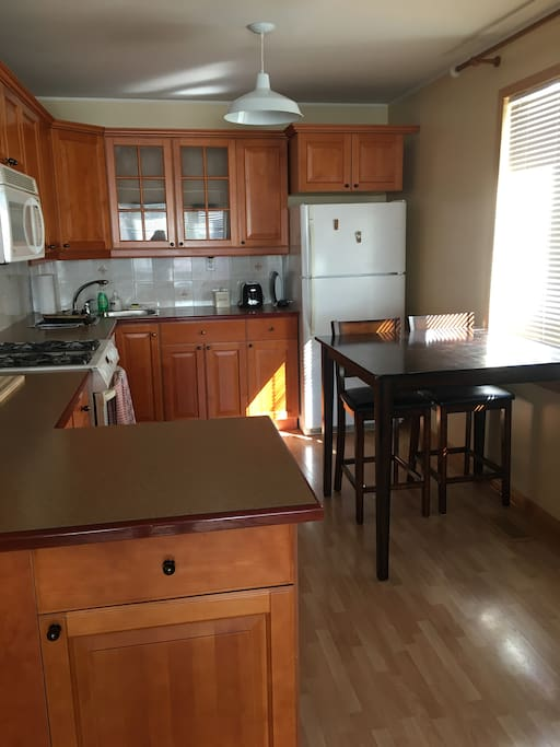 Fully equipped kitchen with dinning room table