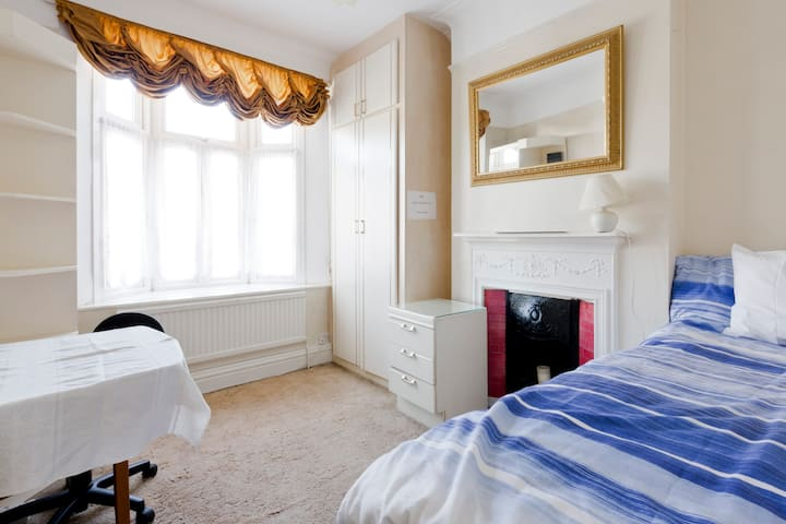 LUXURY ENSUITE ROOM IN NORTH EALING-1 MIN TO TUBE