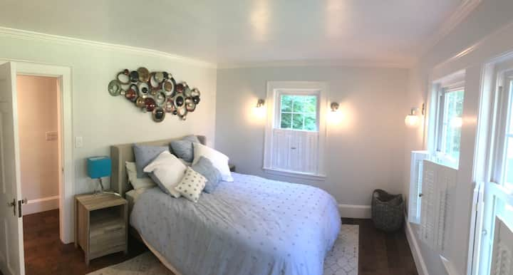 Renovated queen bed & private bath w tub/shower