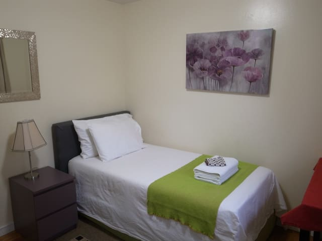 Purple Room w/Twin Bed - Close to Transportation