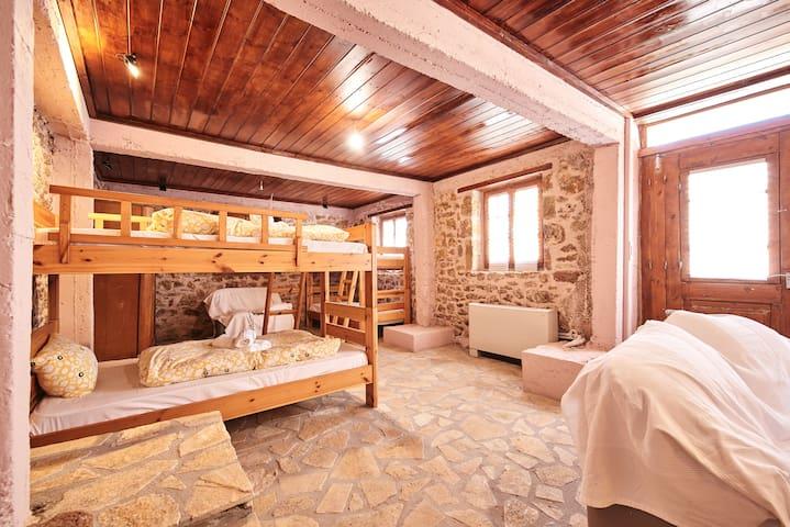Quadruple-Room - Hostel Elisson/Agroikia