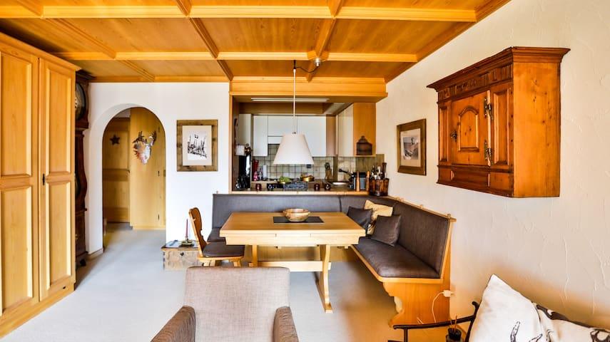Wohnzimmer mit Esstisch und Küche