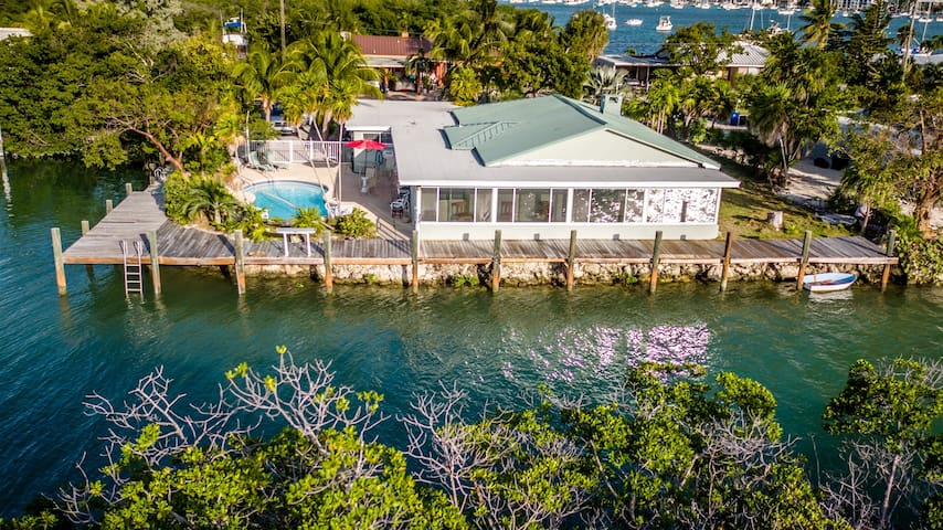 The Key Lime House 4 Bed 3 Baths private pool in the middle of Marathon