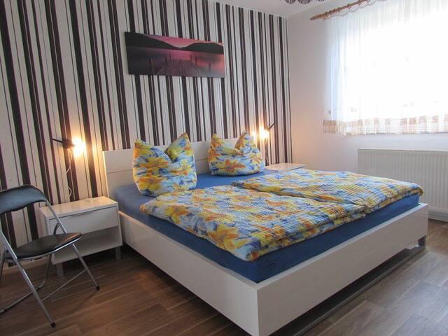 Schlafzimmer im Erdgeschoss Bett: 1,80 x 2,00 Meter