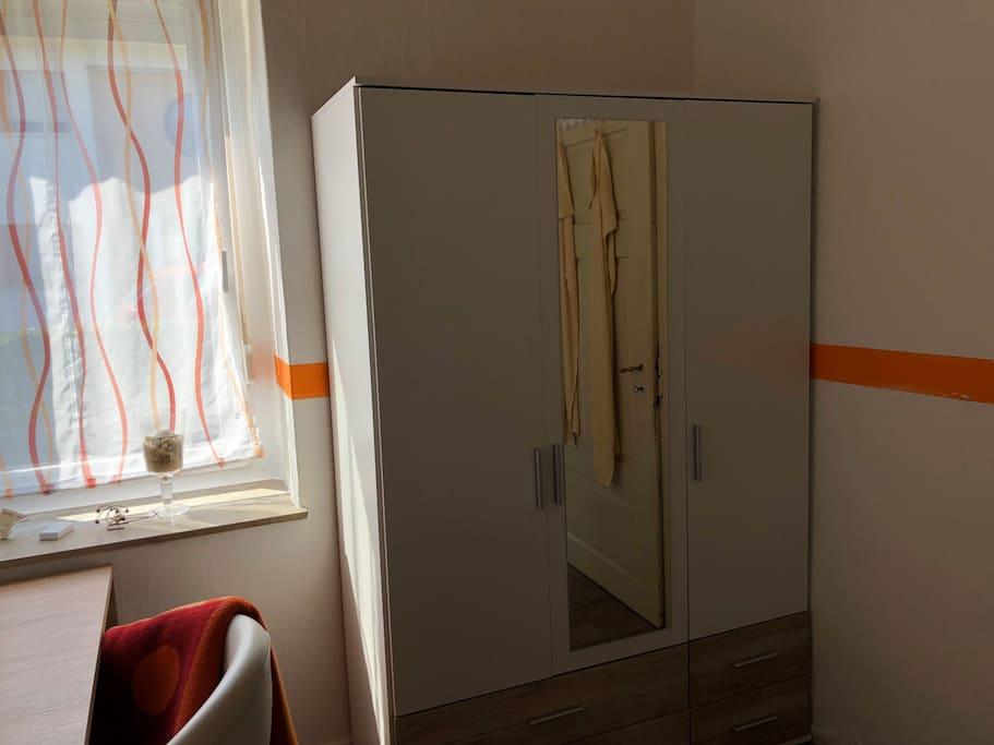 Kleiderschrank im Zimmer