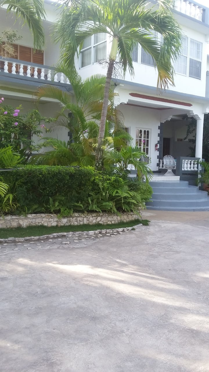 1 bed apartment close to everything by cheap taxi