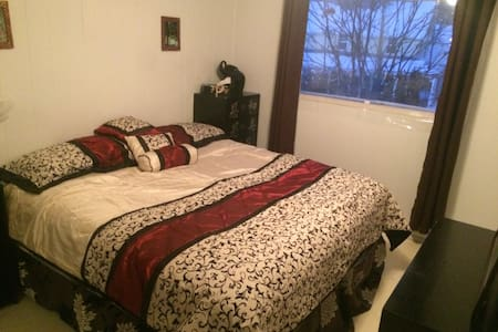 King Size Room near hiking and biking trails! - Rossland - Dům