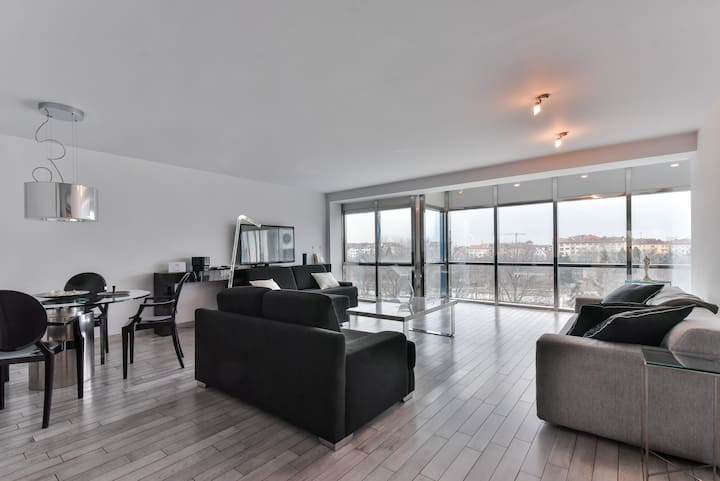 ~ VIEW ~ Panoramic One- Bedroom Apartment