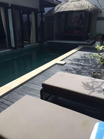 舒适的villa宁静的环境,在宽敞的泳池享受美好的一天。免費使用司機接送