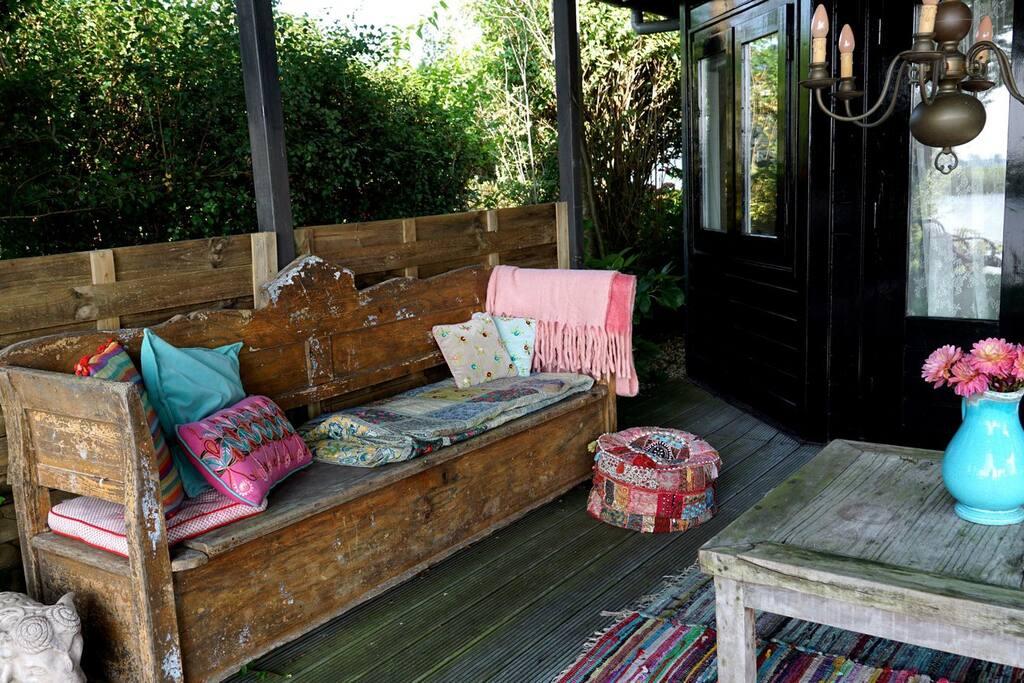 Heerlijke loungebank op de veranda