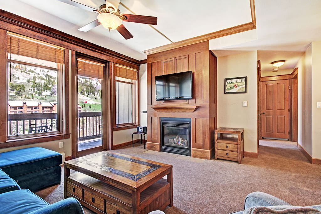 Spacious Living Room - Gas fireplace and flat screen TV