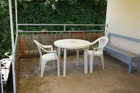 Studio indépendant avec terrasse - Saint-Geniez-d'Olt