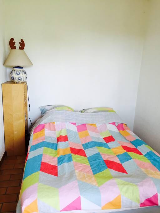 La chambre avec un lit 140x190