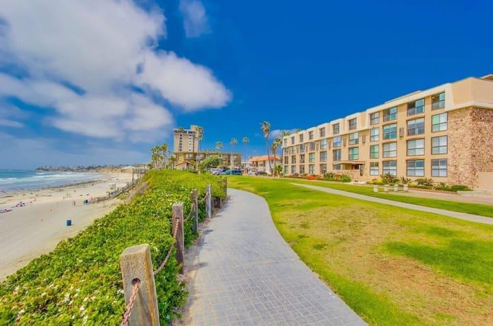 Amazing beachfront condo & parking, steps to beach