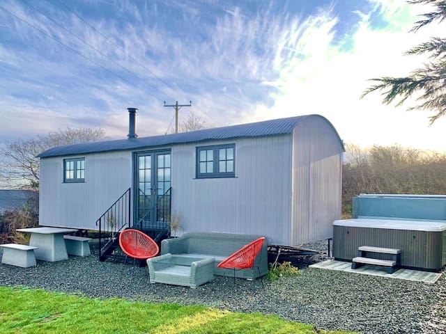 Atlantic view Shepherds Hut - Luxury Glamping in Cornwall with hot tub