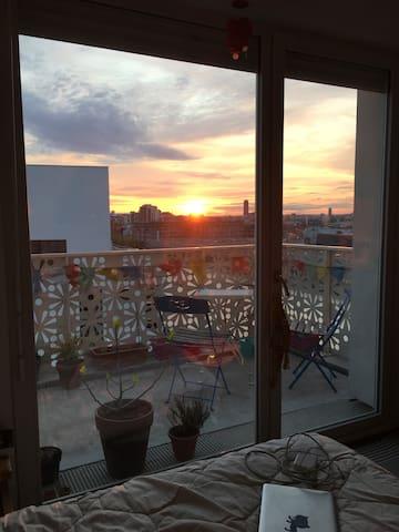 Belle chambre au bord du canal avec vue et balcon