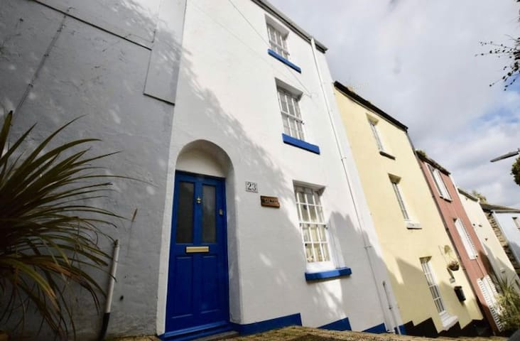 Salty's cottage. 2 min walk to the harbour