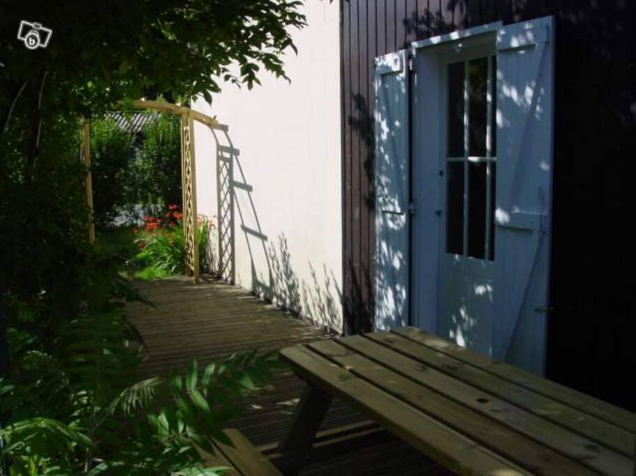 Terrasse ombragée avec coin repas accès direct cuisine