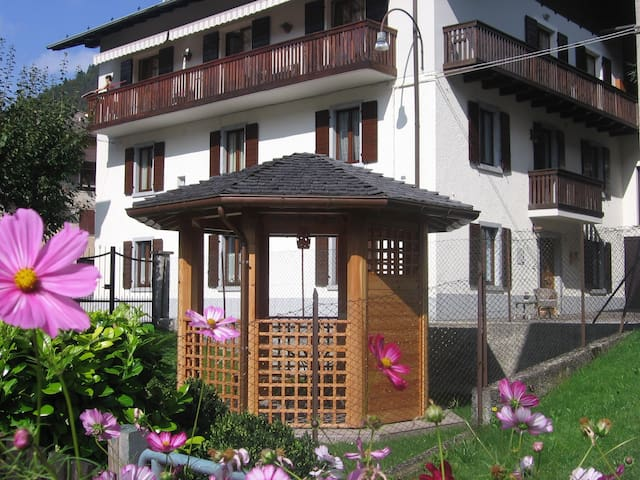 Casa Robi casa elegante con giardino privato - Tiarno di Sotto - Apartamento