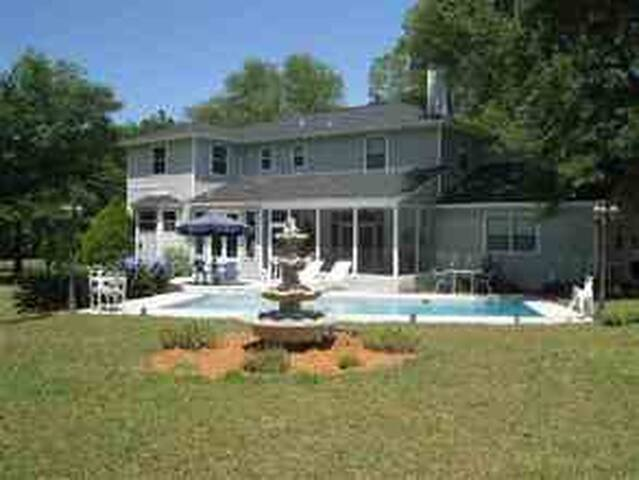 Upstairs Rooms on 25 acre estate - Monticello