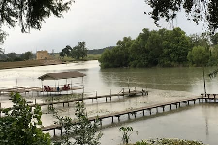 Guadalupe River- near San Antonio & sleeps 18 - Gonzales