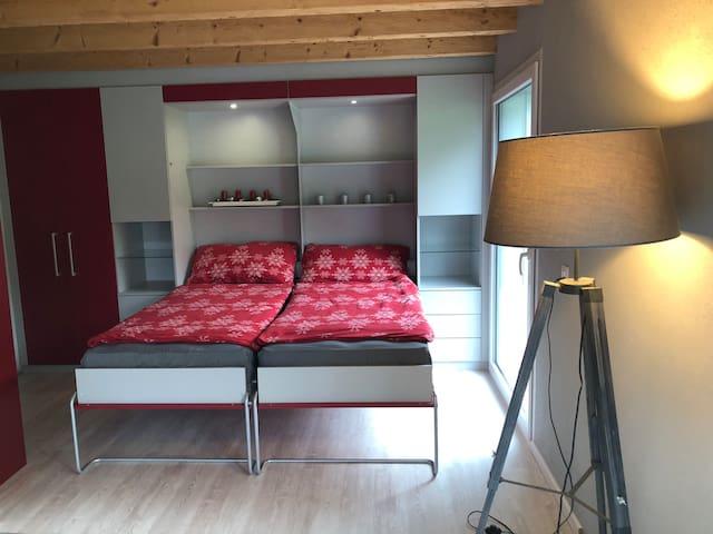 Suite parentale avec 2 lits de 90 cm x 200 cm avec accès direct à la salle de bain.
