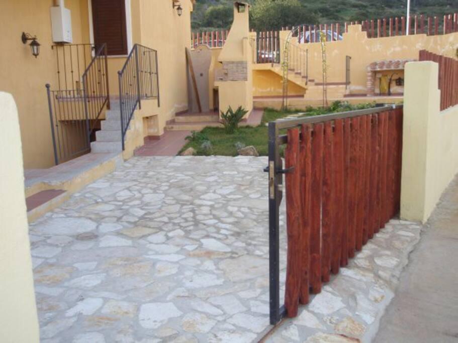 ingresso auto barbecue giardino laterale