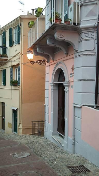 La casa situata in uno dei caratteristici vicoli nel cuore di San Remo