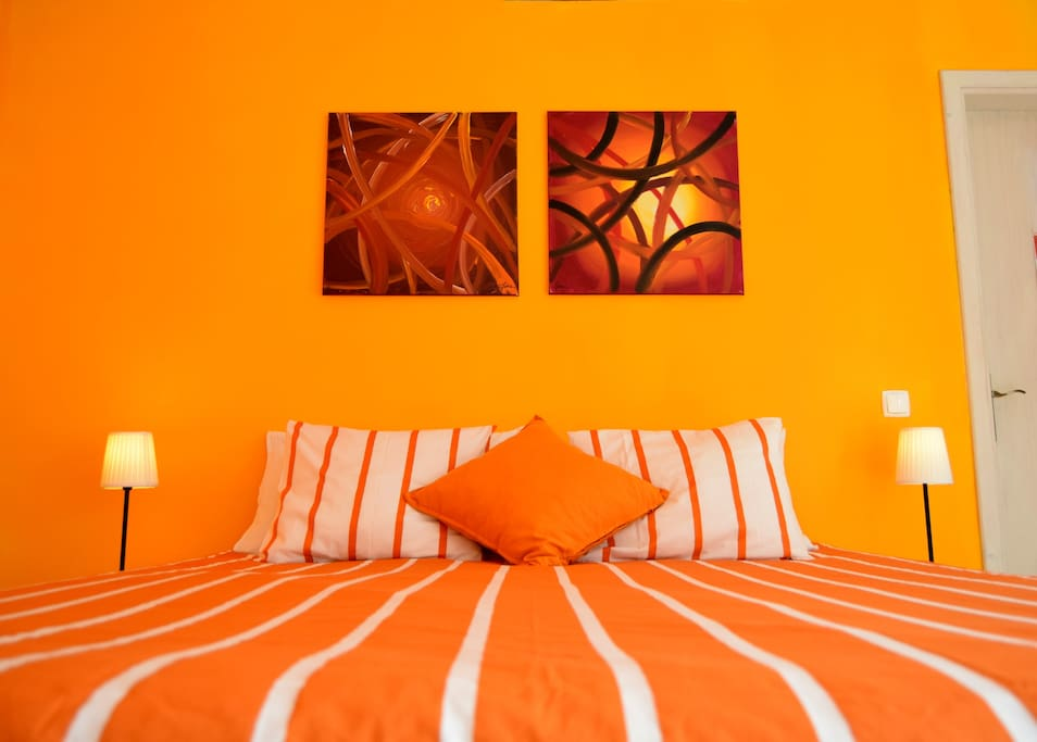 Orange room, king size bed, private bathroom, independent access, tea and coffee facilities