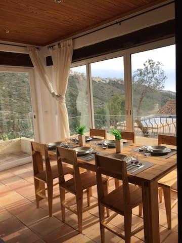 Casa con vistas  a la montaña y al mar