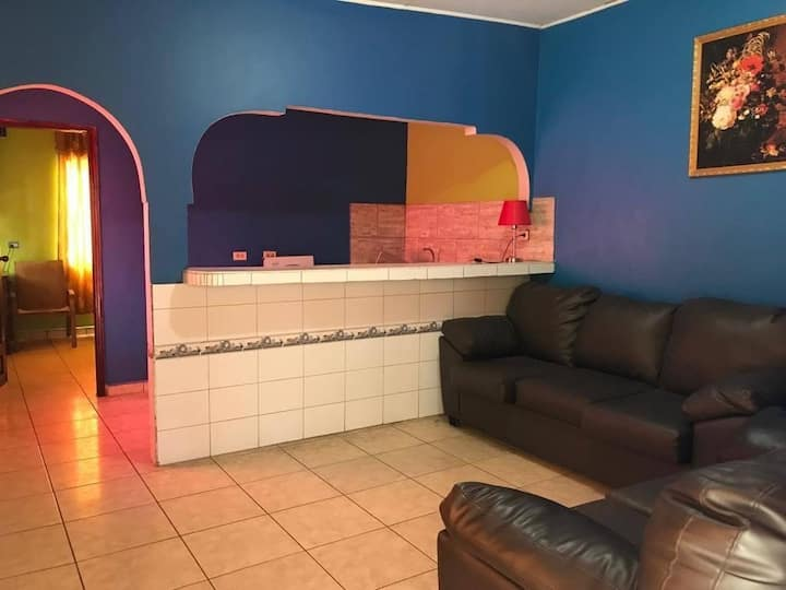 Habitación sencilla con sala y cocina