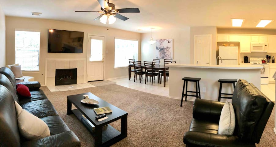 Comfy condo in the Woodlands NO CLEANING FEE!