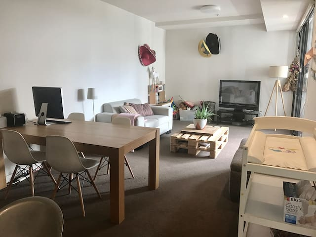 Cosy Family Apartment with Rooftop Pool and Gym - North Sydney - Apartmen