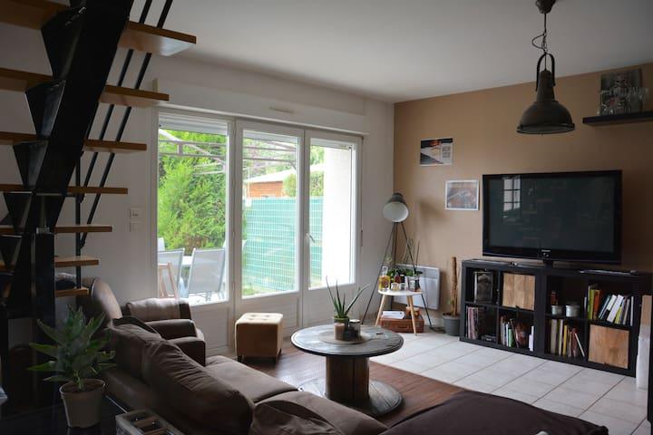 Chambre dans maison avec jardin et parking