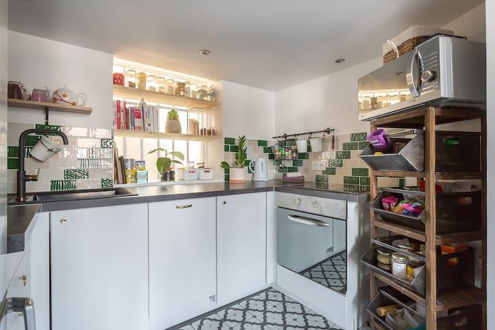 Une cuisine totalement équipée (lave vaisselle, plaques, frigo, four, micro-onde...)