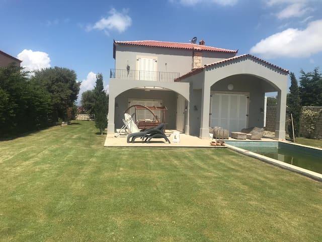 Çeşme 1 dönüm bahçe içinde özel havuzlu villa