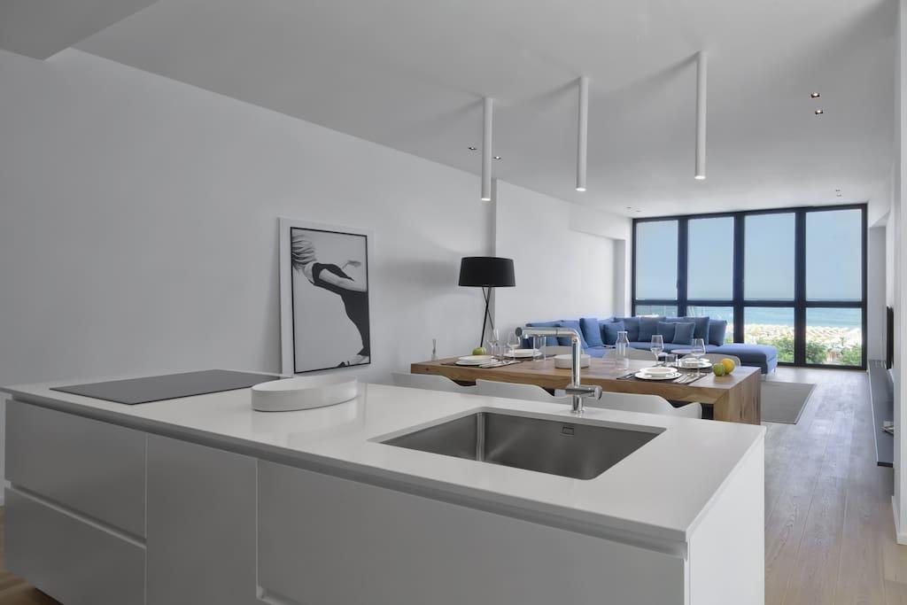 Living con cucina e divano