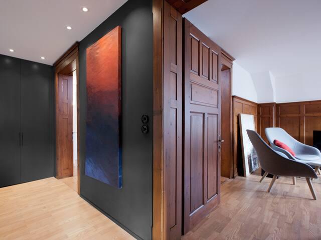Tradition - Kunst - Design |  Eingangsbereich mit Blick in das Wohnzimmer