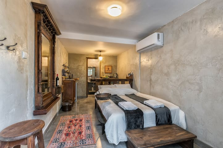 The fourth  room Is private  יחידה נפרדת זוגית עם חצר פרטית ומטבחון