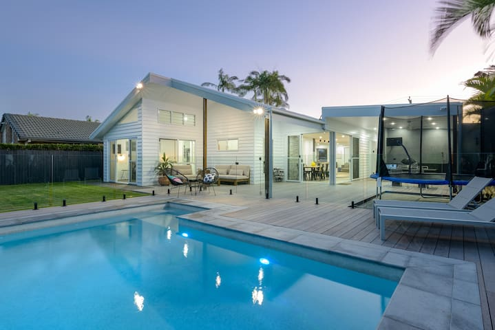 Stylish Renovated Beach House -listen to the waves