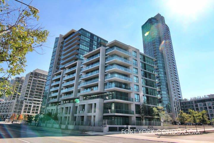 Cozy & quiet apartment in the heart of DT Toronto
