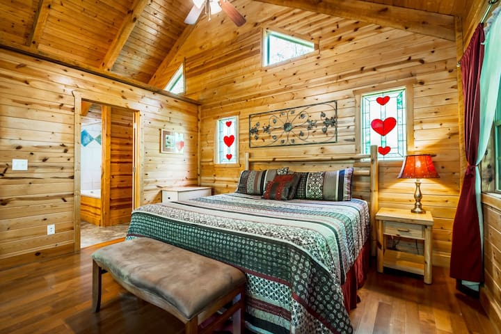 True Romance Cozy Cabin | Hot Tub, Indoor Jacuzzi and King Size Bed | Pet Friendly | 6 Miles to Helen, Ga