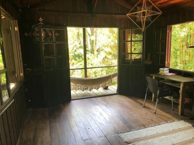 Sala ampla e arejada com varanda de frente a lagoa e janelas de cara pra natureza
