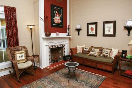 """Coombs Inn & Suites """"Astoria Suite"""" - Apalachicola"""