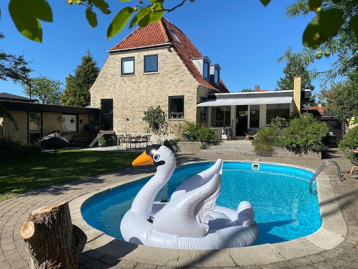 250 m2 Villa med opvarmet pool.