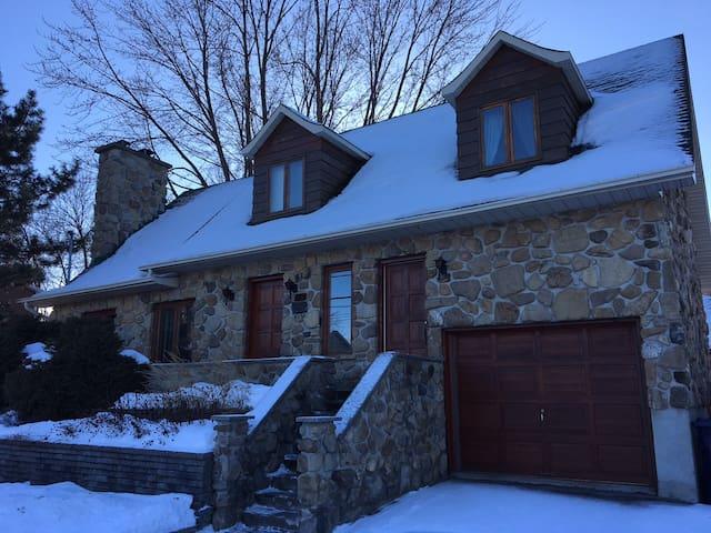 Grande maison tranquille tout inclus - Laval - Hus