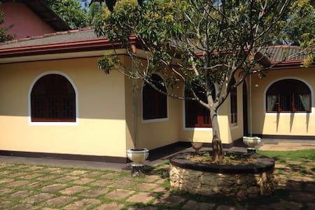 Welcome to pretty Ranjika Villa! - Kaluwamodara  - Huis