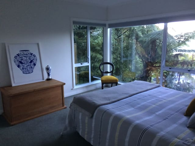 2 Rms in Ngaio with sea views. Very handy to ferry