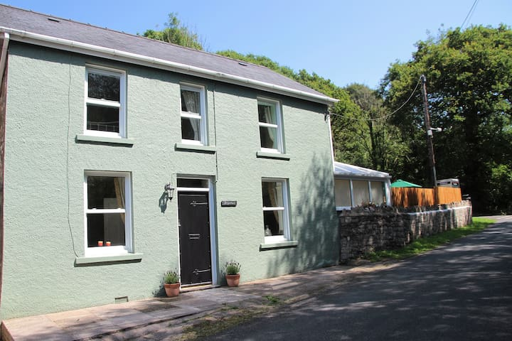 Bryn Deri, Cosy Country Cottage